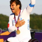 Alex-Zanardi-celebrates-his-gold-medal
