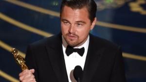 Leonardo DiCaprio con la statuetta tra le mani