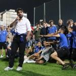 Un grande Andrea Valtriani immortala il discorso del gladiatore Gattuso al proprio popolo. Sullo sfondo, dietro il mister e i giocatori, anche un losco figuro in mezzo alla festa. Ah ma sono io..